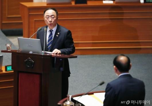 [사진]대정부질문에 답하는 홍남기 부총리