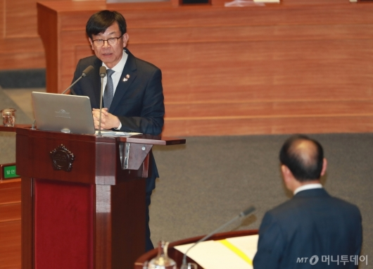 [사진]경제분야 대정부질문에 답하는 김상조 위원장