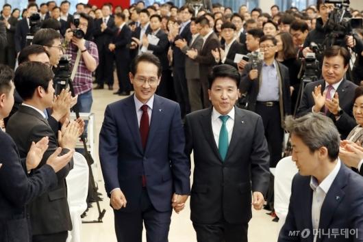 [사진]손 꼭 잡은 신임-전임 행장