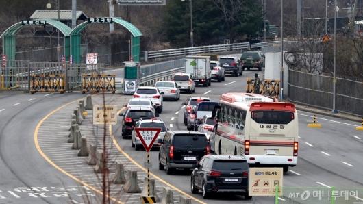 [사진]'개성 향하는 버스'