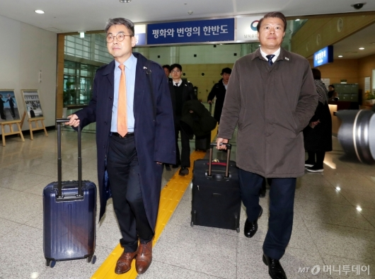 [사진]개성 향하는 남북공동 연락사무소 직원들