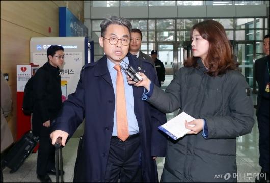 [사진]취재진 질의에 답하는 김창수 부소장
