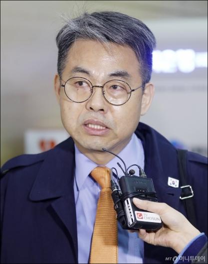 [사진]질의에 답하는 김창수 부소장