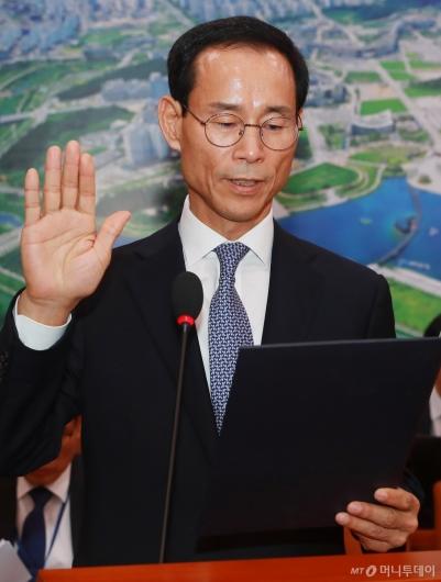 [사진]선서하는 최정호 국토부 장관 후보자