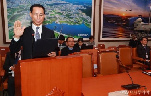 [사진]선서하는 최정호 국토교통부 장관 후보자