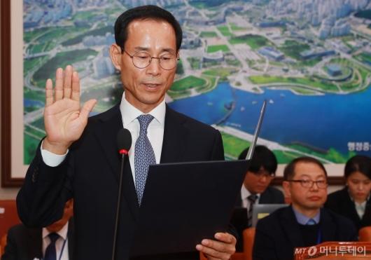 [사진]선서하는 최정호 국토부장관 후보자
