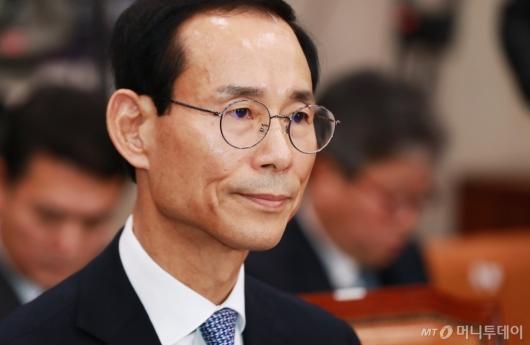 [사진]굳은 표정의 최정호 국토부장관 후부