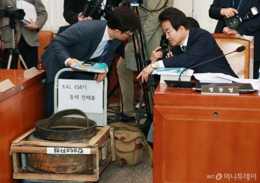 [사진]KAL858기 동체잔해물 갖고 나온 정동영 의원