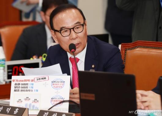 [사진]부동산 관련 질의하는 박덕흠 의원