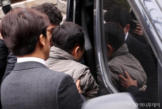 [사진]'탈세의혹' 아레나 강모씨 호송차 이동