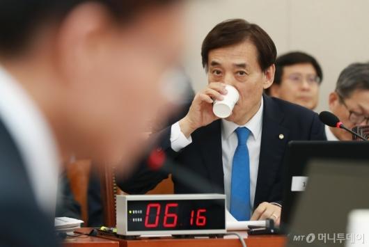 [사진]물 마시는 이주열 한국은행 총재