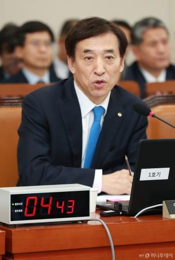 [사진]답변하는 이주열 한국은행 총재