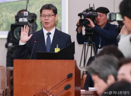 [사진]선서하는 김연철 통일부 장관 후보자