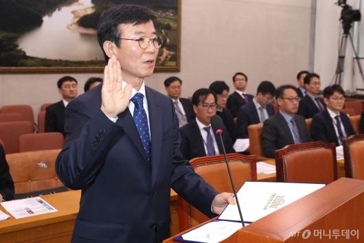 [사진]선서하는 문성혁 후보자