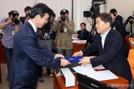 [사진]선서문 제출하는 문성혁 후보자