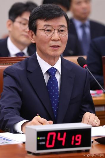 [사진]답변하는 문성혁 후보자