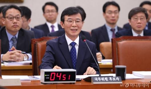 [사진]질의에 답하는 문성혁 해수부 장관 후보자