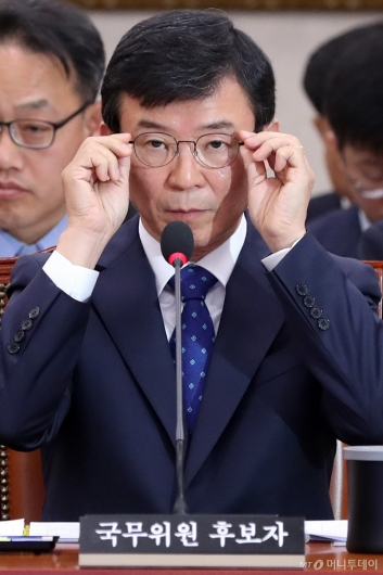 [사진]안경 고쳐쓰는 문성혁 후보자
