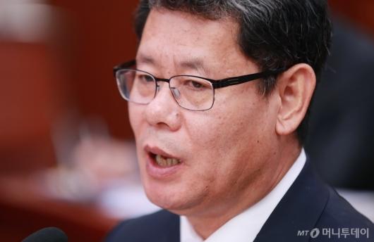 [사진]답변하는 '과거발언 논란' 김연철 통일부장관 후보자