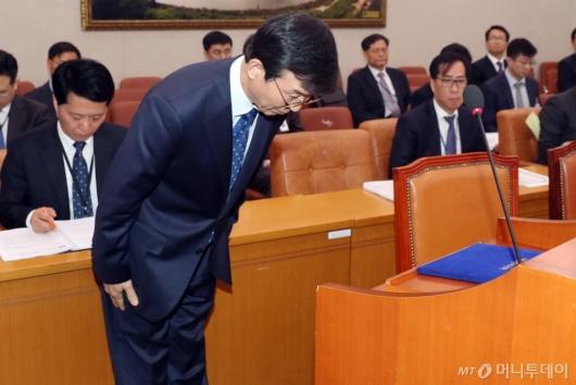 [사진]인사하는 문성혁 후보자