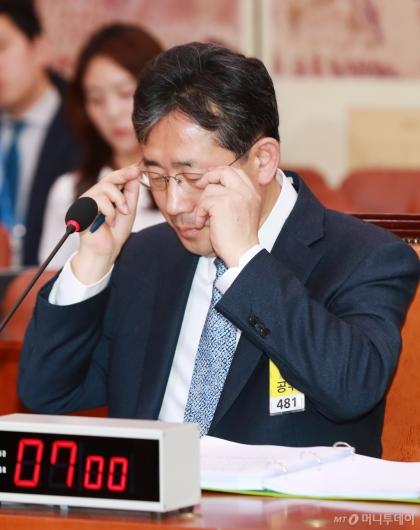 [사진]안경 고쳐쓰는 박양우 문체부장관 후보자