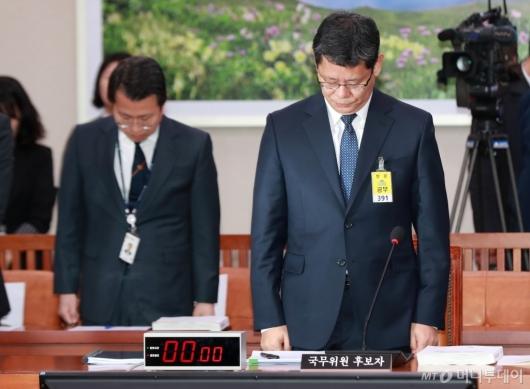 [사진]'천안함 9주기' 묵념하는 김연철 통일부장관 후보자