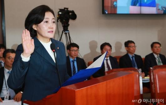[사진]선서하는 박영선 중기벤처부 장관 후보자