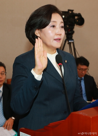 [사진]선서하는 박영선 중소벤처기업부 장관 후보자