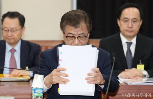 [사진]정보위 전체회의 준비하는 서훈 국정원장
