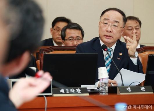 [사진]기재위 출석한 홍남기 경제부총리
