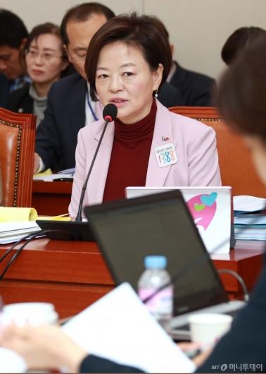 [사진]답변하는 진선미 여성가족부 장관