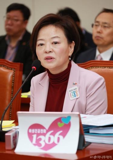 [사진]답변하는 진선미 장관