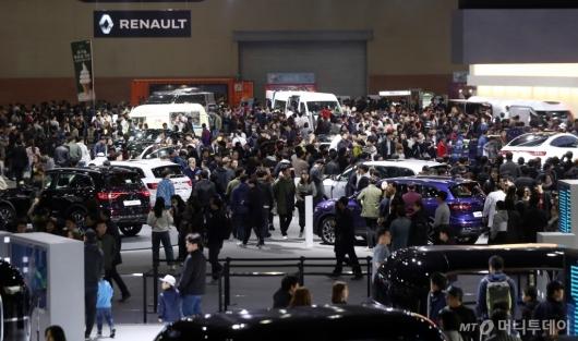 [사진]관람객들로 붐비는 모터쇼 전시장