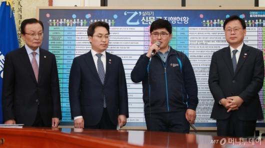 [사진]민주당, '을' 살리기 신문고...방송스탭 업무환경개선 꽃달기 행사