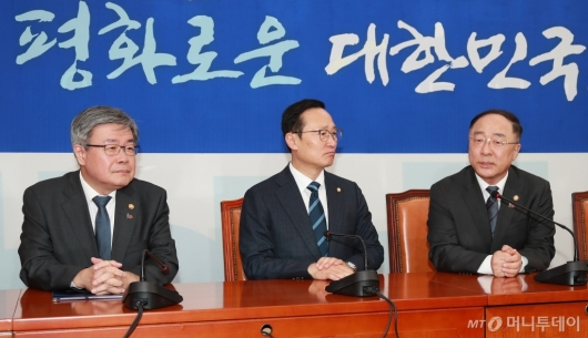 [사진]홍남기-이재갑 장관, 최저임금법-근로기준법 국회 통과 촉구