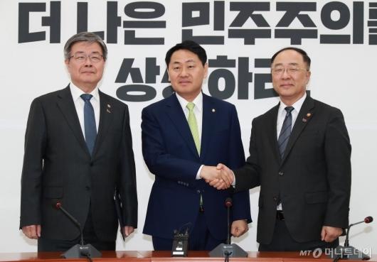 [사진]홍남기-이재갑 장관, 김관영 원내대표 예방...최저임금법 등 통과 촉구