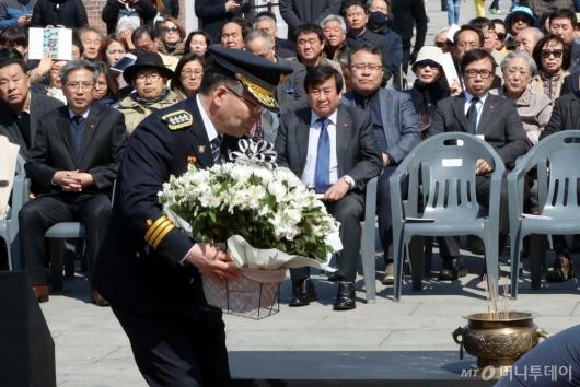 [사진]제주 4·3 사건 희생자 위해 헌화하는 경찰청장