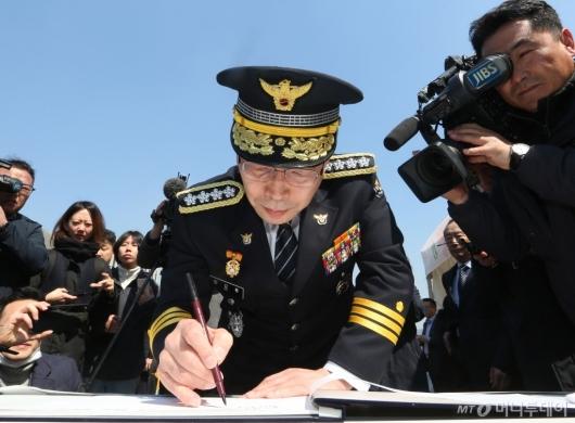 [사진]경찰청장, 제주 4·3 사건 추념식 방명록 작성