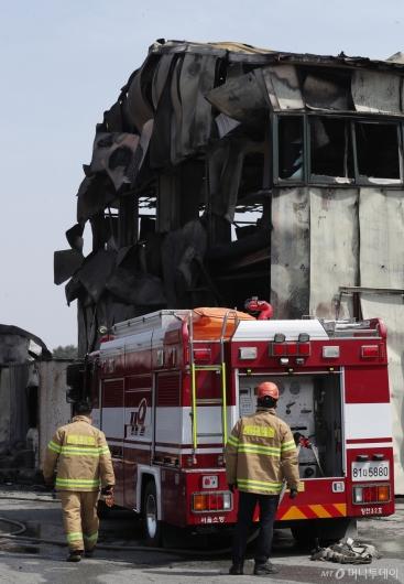 [사진]잔불 처리 작업중인 소방대원들