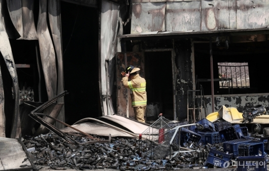 [사진]남아있는 잔불 처리 작업