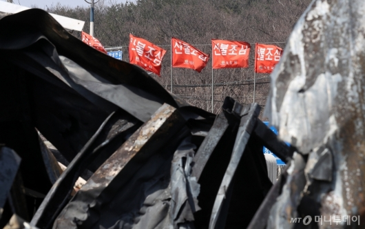 [사진]잔해 뒤에 씁쓸한  '산불조심'