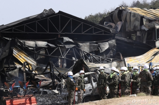 [사진]산불 피해 현장에 동원된 군인들