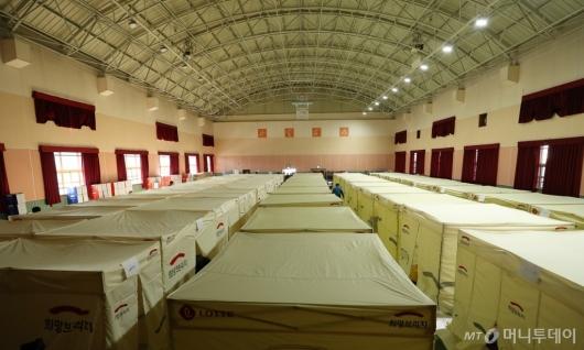 [사진]임시 텐트 마련된 이재민 대피소