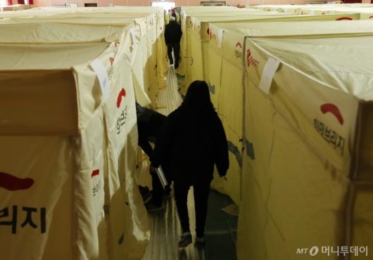 [사진]텐트 설치된 이재민 대피소