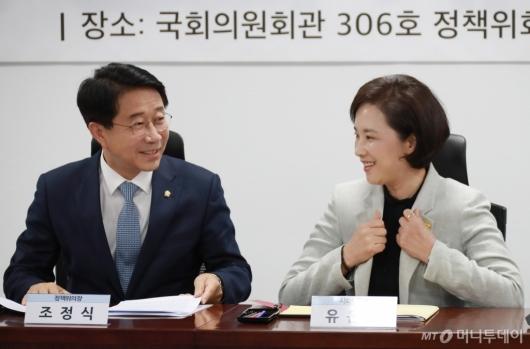[사진]대화하는 조정식 정책위의장-유은혜 사회부총리