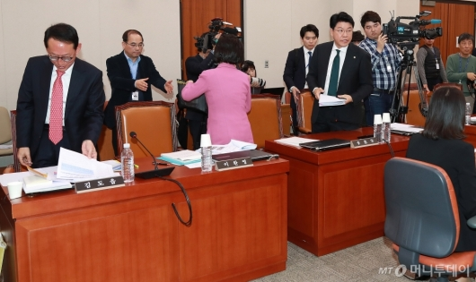 [사진]회의장 떠나는 자한당 의원들
