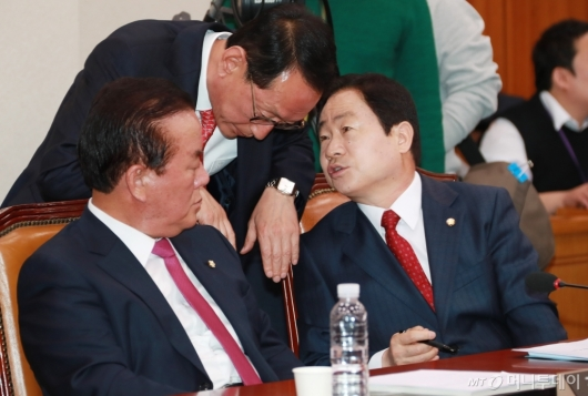 [사진]대화하는 자유한국당 법사위원들