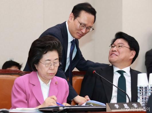 [사진]자한당 의원들과 인사하는 홍영표 민주당 원내대표