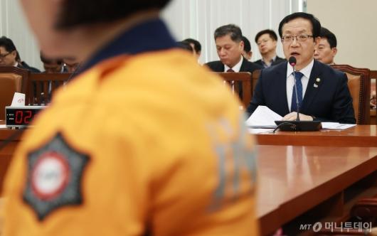 [사진]국회 행안위 출석한 정문호 소방청장