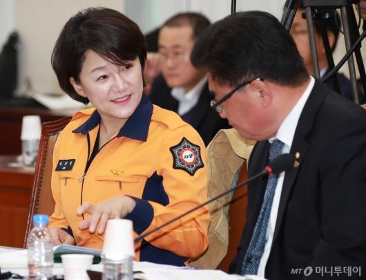 [사진]소방복 입은 이재정 의원...소방관 국가직 전환 필요성 강조